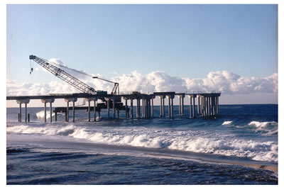 Deconstruction of Aliso Pier in 1999 after storm damage. Source: Orange County Parks.