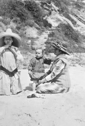 MFK Fisher with her youngest sister, Norah, and Aunt Gwen, in Laguna Beach in 1919.