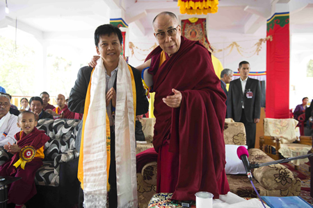 The Dalai Lama thanking Tenpa Dorjee for his philanthropy in Tibet, supported by many Laguna Beach residents. Photos by Tom Lamb