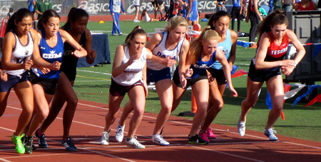 Pearl Shoemaker, 18, (center) at the start of the 1-mile race.